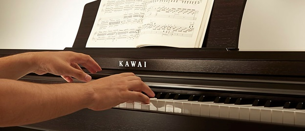 cam ung luc tren dan piano dien Kawai KDP-110R