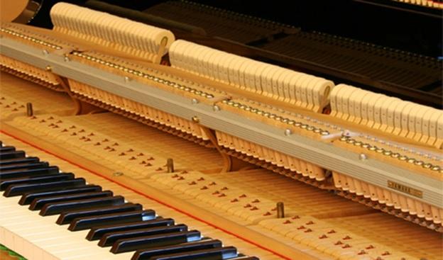 Bộ máy cơ được làm chủ yếu từ gỗ tự nhiên và được chế tạo thủ công