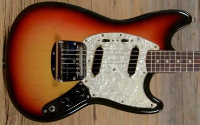 dan guitar dien fender MUSTANG