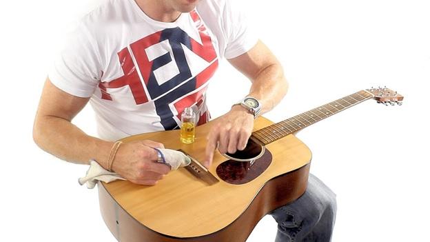 ve sinh dan guitar