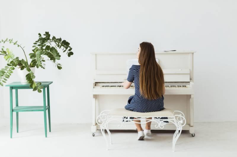 co gai bieu dien tren dan piano cu