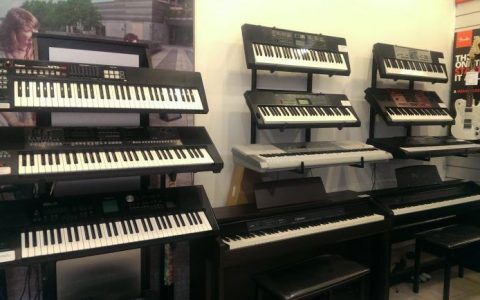 Nên mua đàn organ Yamaha hay Roland