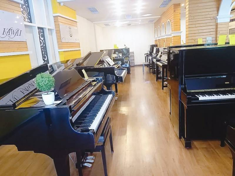 showroom piano secondhand