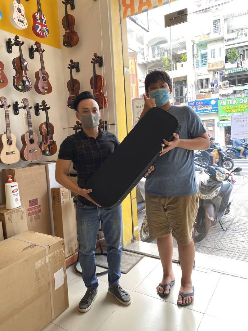 Anh Dũng mua violin scott & guan tặng con trai