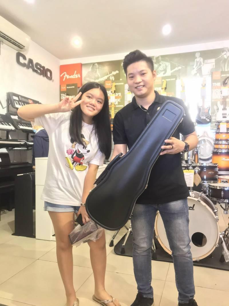 be khach hang mua dan violin Selmer VI31E4CH