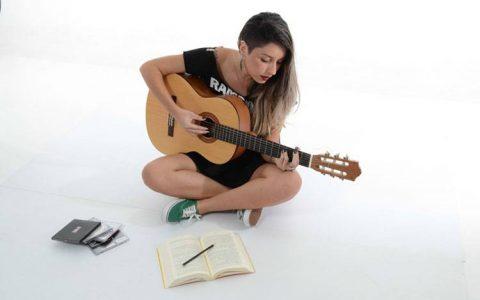Hướng dẫn mua đàn guitar đầu tiên cho người mới học