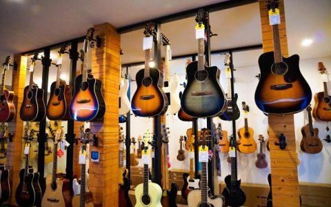 nen mua dan guitar classic hay guitar acoustic