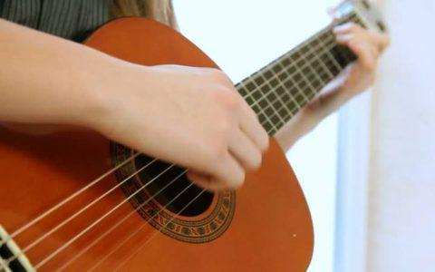 Top đàn guitar cho người mới học